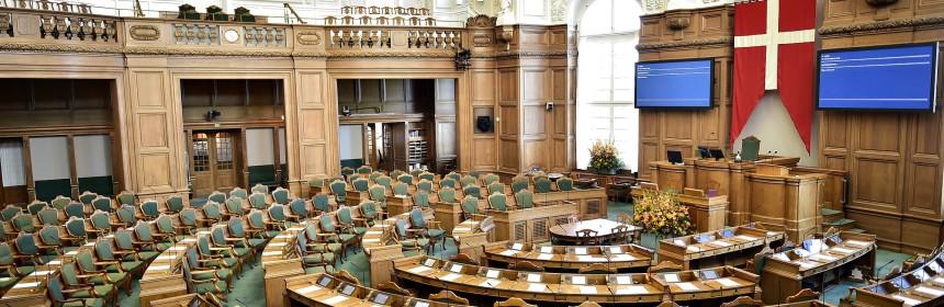 Dannebrog ophængt over formandsstolen i Folketinget hep
